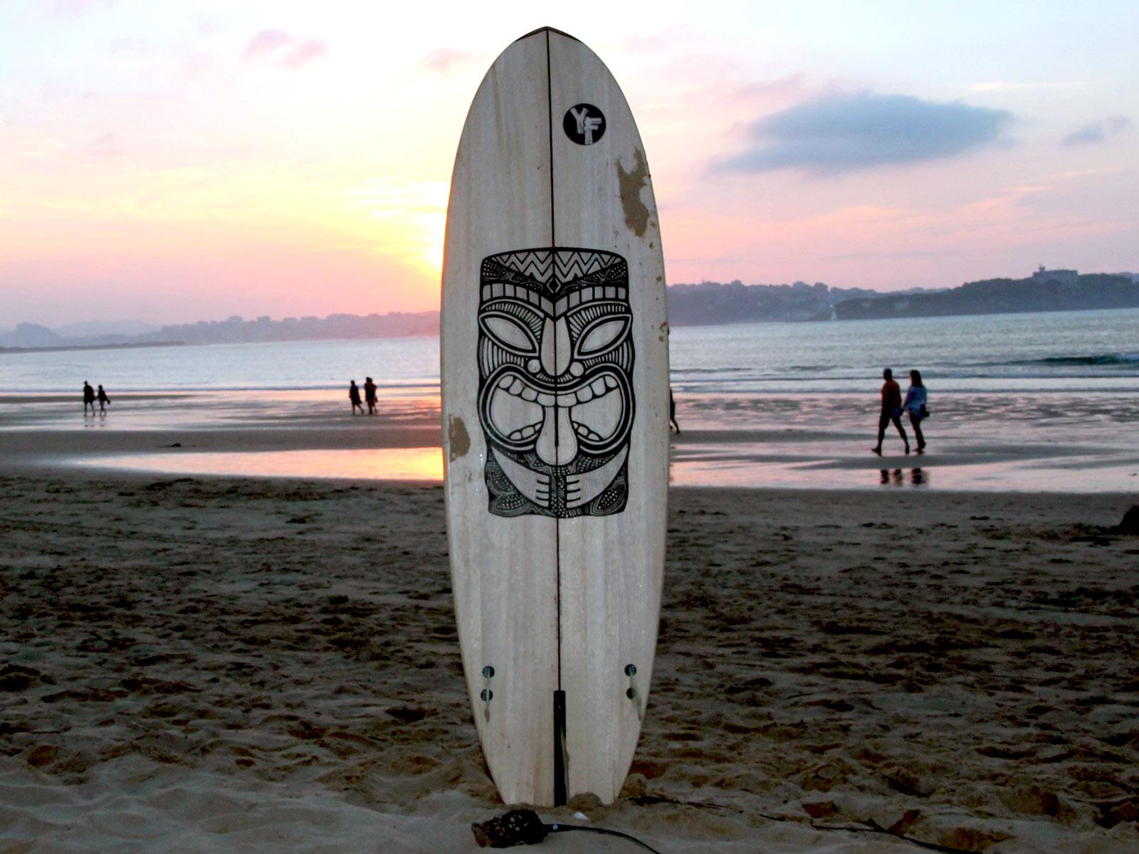 wooden-surfboard-tiki-design